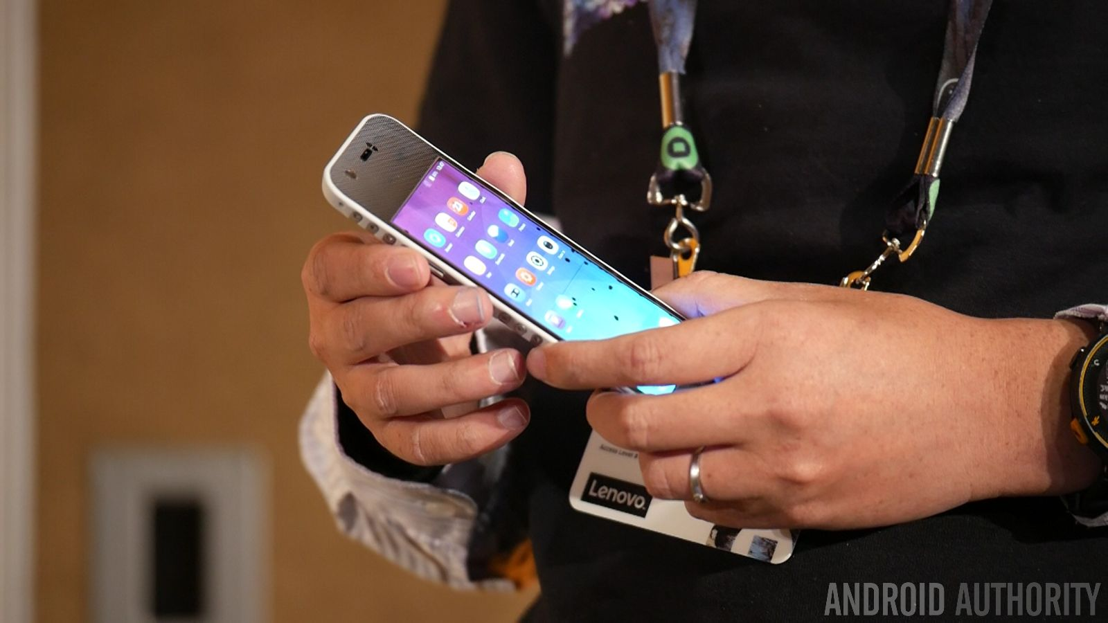 Smartphone pieghevole by Lenovo 2