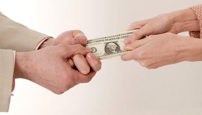 Tirare soldi con le mani