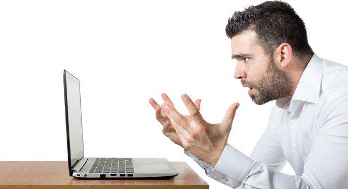 Uomo frustrato al PC