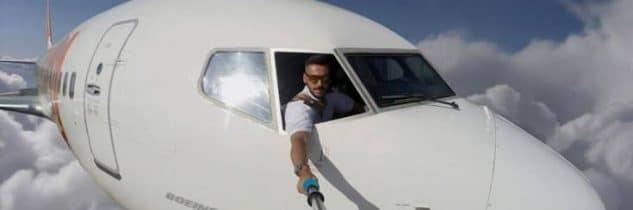 Bastone per selfie in aereo: si può portare?